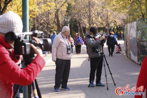 媒体记者在展览现场采访