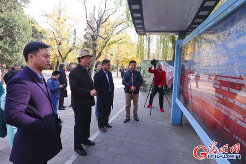 出席活动的领导嘉宾观看展览