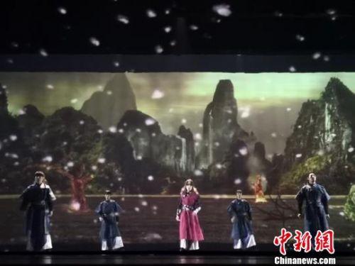 图为该剧呈现的全息舞台技术,让观众身临其境。 杨娜 摄