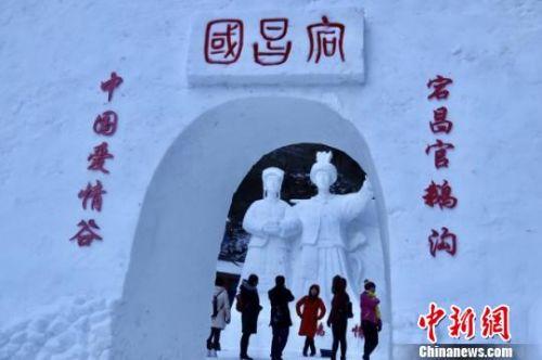 图为突出藏羌元素的官鹅沟冰雕。 闫姣 摄