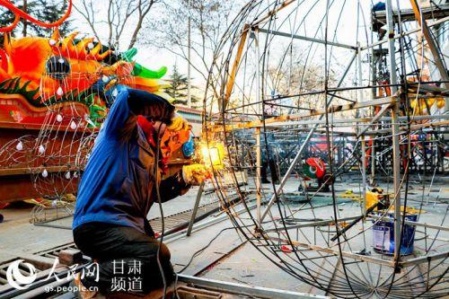 甘肃兰州:做花灯 迎新春