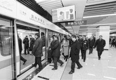 甘肃省十三届人大代表体验兰州地铁
