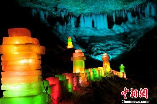 冰灯文化节包括溜冰梯、滑冰场等互动娱乐,游客在清爽宁静的山谷体验伏冰岩生态文化旅游。 李天禄 摄