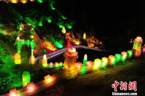冰灯由上百个梦幻灯组组成,制作工艺匠心独运,游客们可以畅游冰雪世界。 李天禄 摄