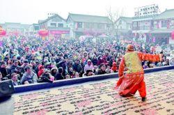 崆峒古镇春节民俗文化展演吸引大批游客驻足