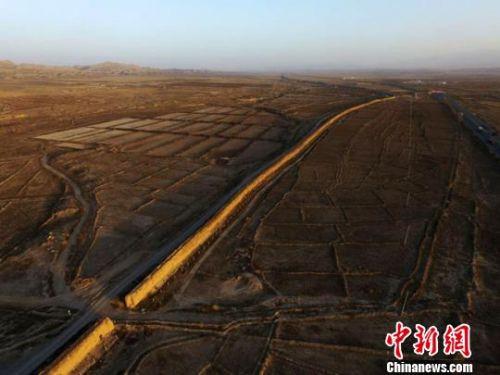 """图为甘肃张掖市山丹汉、明长城,其在山丹县境内绵延近200公里,被专家誉为""""露天博物馆"""",是目前国内保存最完整的一段古长城。(资料图) 杨艳敏 摄"""