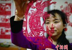 甘肃定西市剪纸艺术传承人景爱琴手握剪刀31年