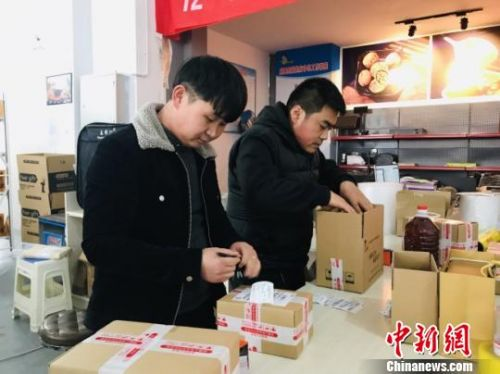 """目前,陇南市通过发展电商累计带动就业人数超过22万人。图为陇南市成县年轻人""""回流""""在""""家门口""""的电商中心上班。(资料图) 闫姣 摄"""