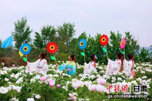 """图为崇信自发组织的汉服社成员在牡丹花中""""争艳"""" 张郁承 摄"""