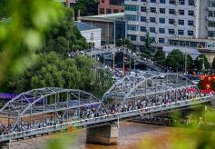 """甘肃兰州:端午假期出游热 游客""""打卡""""中山桥"""