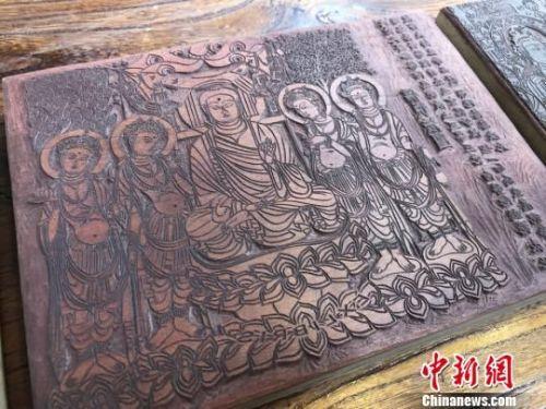 图为创作的敦煌壁画题材的雕刻作品。 徐雪 摄