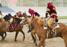 """甘肃哈萨克族上演传统""""叼羊"""" 骑手马背上展英姿"""