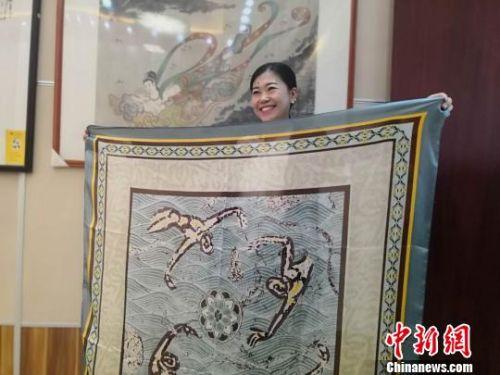 """蘭州女子鐘情敦煌文化設計再現""""壁畫""""絲巾遠銷海外"""