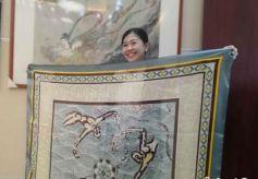 """兰州女子钟情敦煌文化 设计再现""""壁画""""丝巾远销海外"""