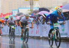 千余骑手甘肃甘南挑战高海拔赛道 草原上推广自行车文化