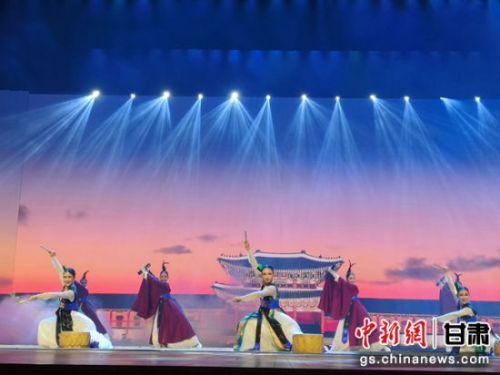 2018年7月5日晚,第六届兰州国际鼓文化艺术周暨第七届兰州国际民间艺术周开幕。图为韩国舞蹈《乡音》。(资料图)杨娜 摄