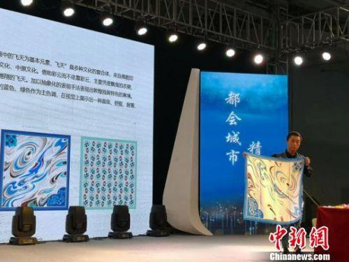 """图为参赛选手以敦煌""""飞天""""元素为灵感进行创作,制作的丝巾。 杨娜 摄"""
