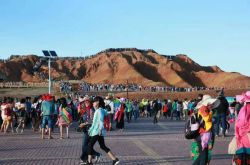 张掖七彩丹霞旅游景区游客接待量提前15天突破200万人次