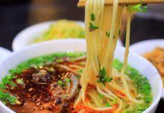 百余北京师生兰州体验兰州牛肉面绝技 感受中华饮食文化