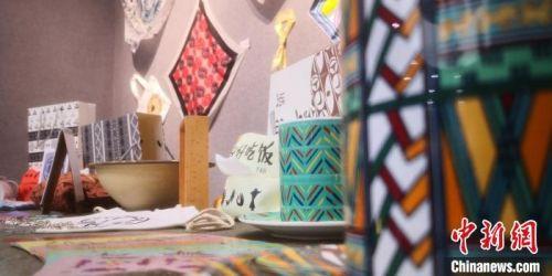 图为大学生创作的具有彩陶条纹的杯具等产品。 魏建军 摄