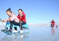 甘肃张掖国家湿地公园滑冰场向游客正式开始开放