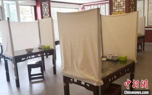 """在甘肃庆阳,一家牛肉面馆用""""土办法""""改进就餐环境,避免飞沫传播病毒。 白嘉琪 摄"""