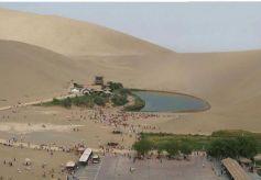 敦煌沙漠与清泉共存 神奇的景象令人叹为观止