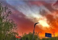 嘉峪关近日的火烧云美出天际!