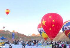 """张掖七彩丹霞:热气球唯美邂逅""""彩虹山"""""""