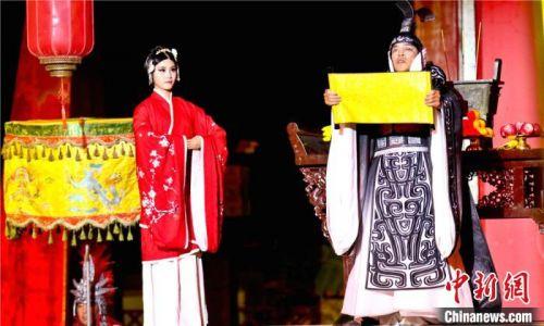 实景剧《张国臂掖》以汉代文化为历史背景,融合了中国传统的灯文化,浓缩了华夏文明丝绸之路的发展史。 王将 摄