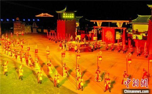该剧以汉史为背景,融合了中国传统的灯文化,打造一场精彩纷呈的视觉盛宴。 王将 摄