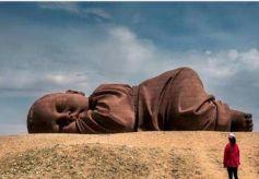 """甘肃一沙漠出现""""神秘巨婴"""" 长度达15米"""